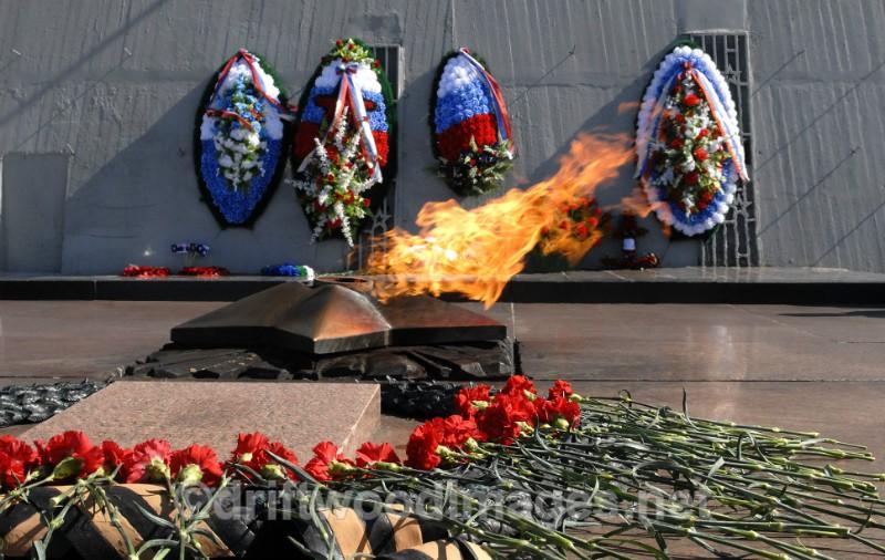 Murmansk Alyosha memorial everlasting flame and wreathes 2 - Murmansk, Russia