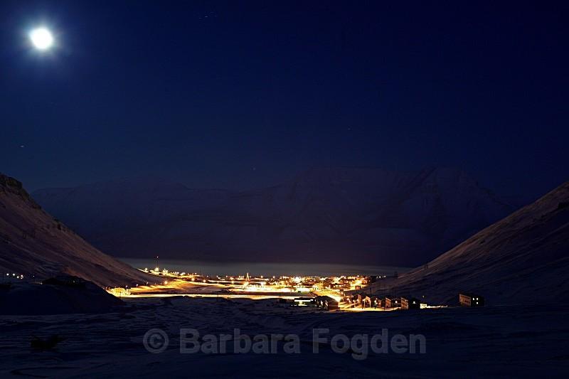 Longyearbyen in moonlight 5069 - Polar night