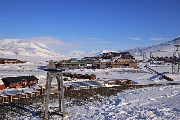 Longyearbyen 2903 - Winter in the daylight