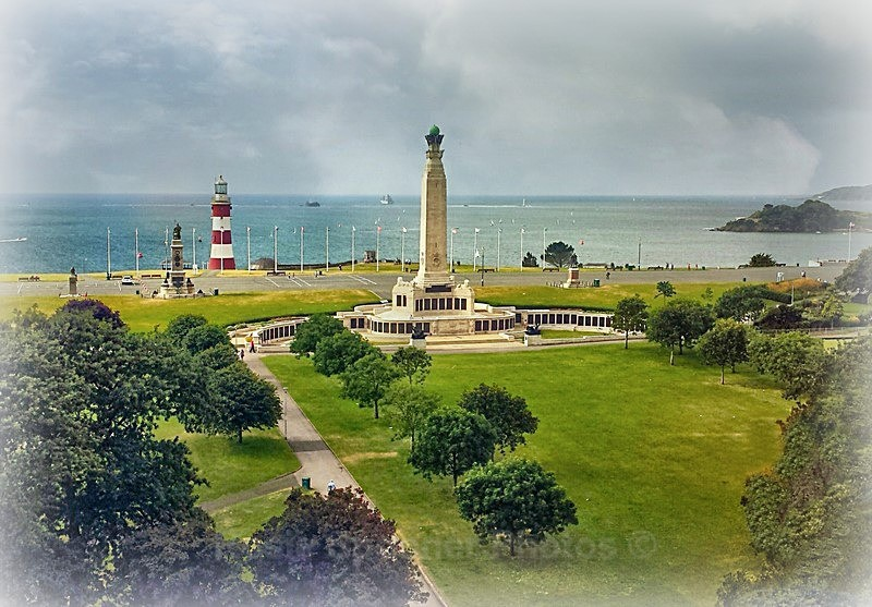 DE02 - The War memorial and Smeatons Tower on The Hoe in Plymouth - GREETINGS CARDS - Cornwall Misc and Plymouth