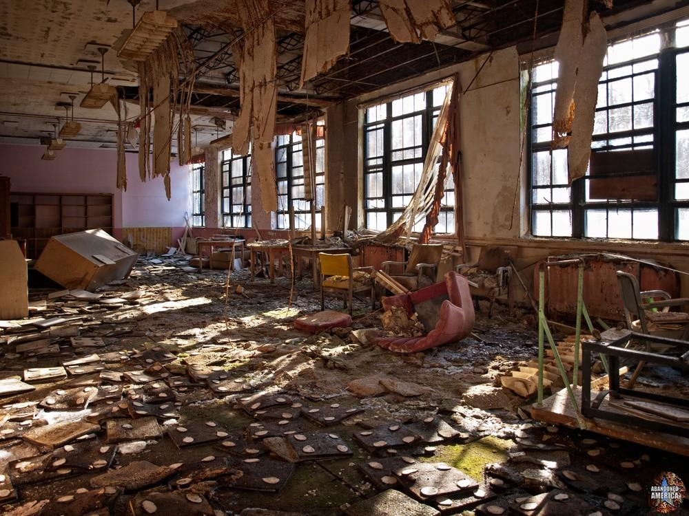 Undercliff Sanatorium (Meriden, CT) | Day Room Sunlight - Undercliff Sanatorium