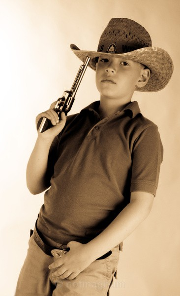HOWDY PARTNER - YOUNG PEOPLE & FAMILY
