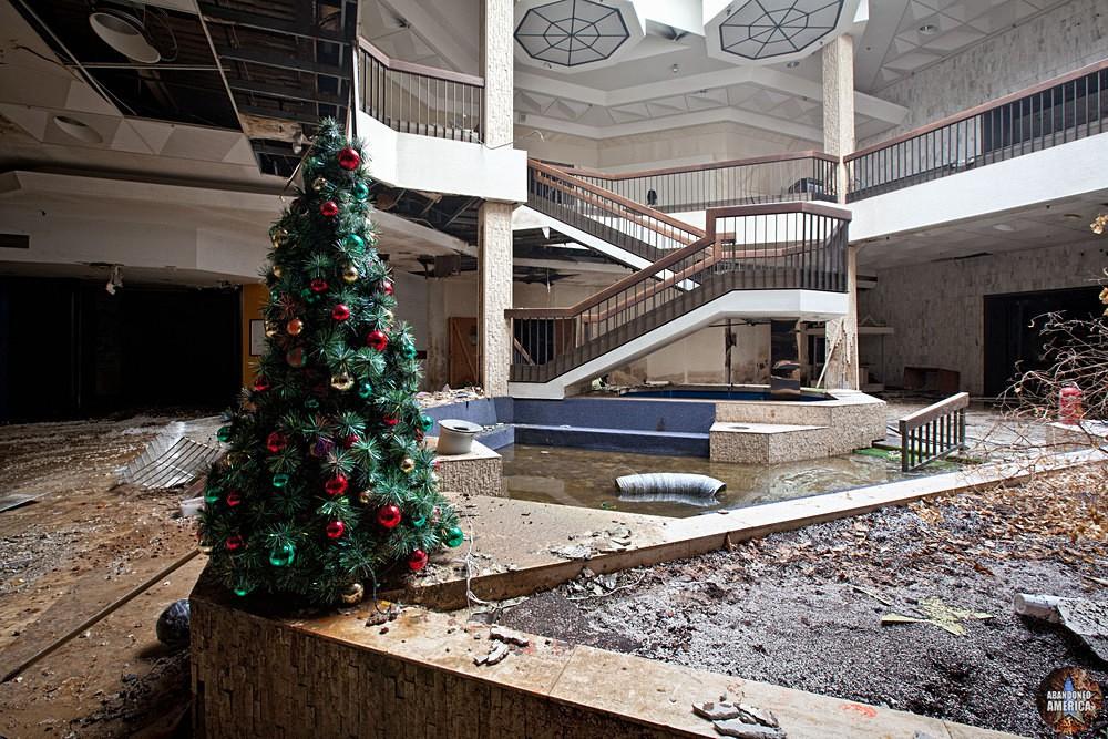Randall Park Mall (North Randall, OH)   Less Than Merry Christmas - Randall Park Mall