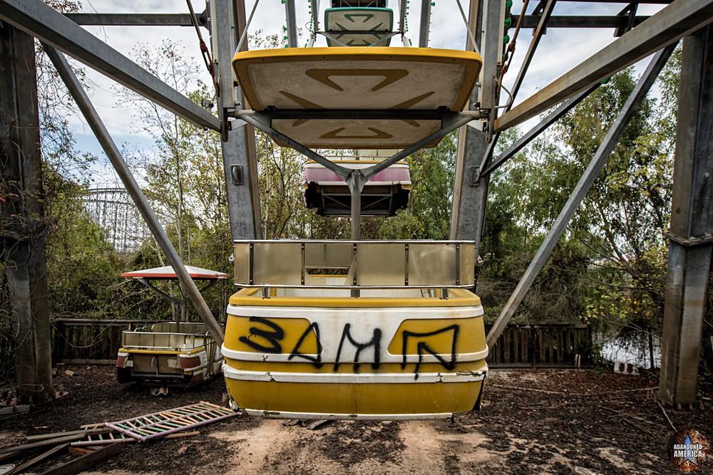 Six Flags (New Orleans, LA) | Ferris Wheel Car Detail - Six Flags New Orleans