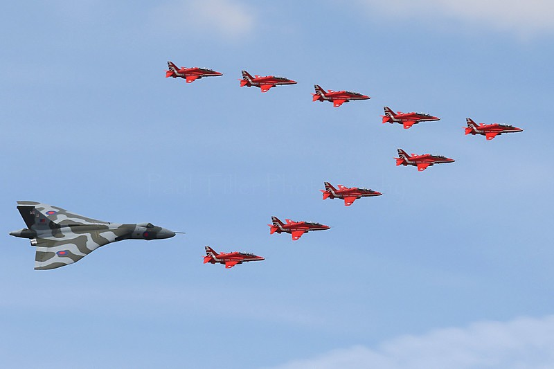 Vulcan B2 and the Red Arrows - Aviation