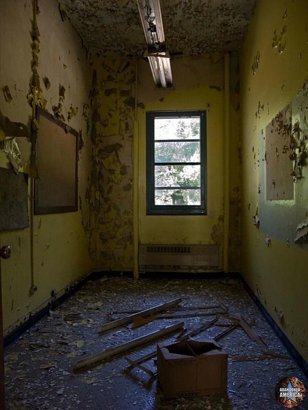 Henryton State Hospital | Peeling Yellow Room - Henryton State Hospital