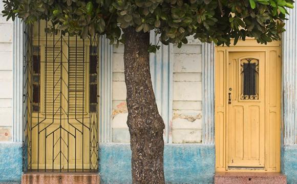 yellow doors - Cuba