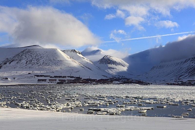 Longyearbyen 6862 - Winter in the daylight