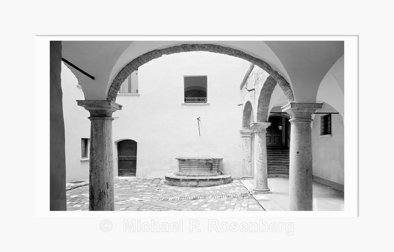 Courtyard Well, Volterra Italy (5552) - Europe