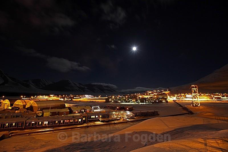 Longyearbyen at full moon 5054 - Polar night