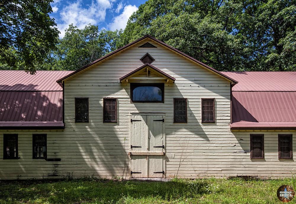 Catskill Game Farm (Catskill, NY)   Giraffe House - Catskill Game Farm