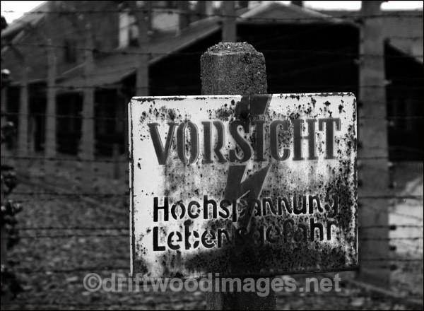 Auschwitz Vorsicht notice bw - Auschwitz/Birkenau