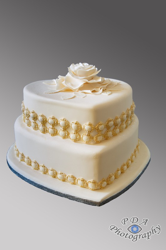 6 Wedding cake in white with gold cameo edging