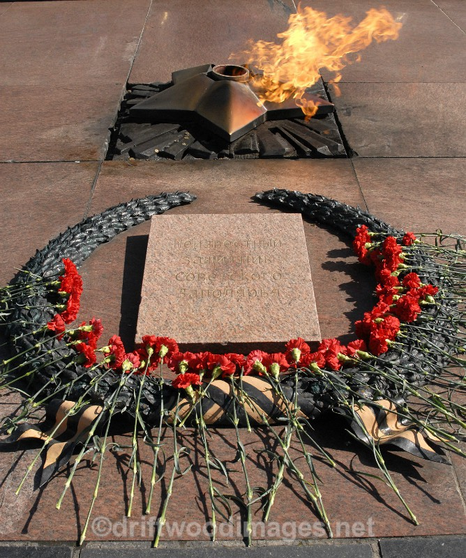 Murmansk Alyosha memorial everlasting flame detail 4 - Murmansk, Russia