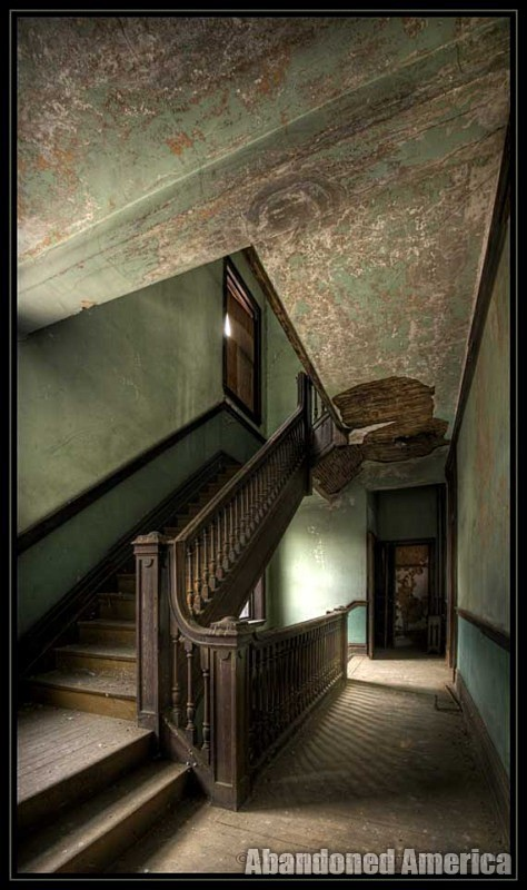 Abandoned boarding house - Matthew Christopher's Abandoned America