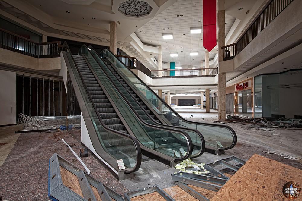 Randall Park Mall (North Randall, OH)   Escalator Ascent - Randall Park Mall