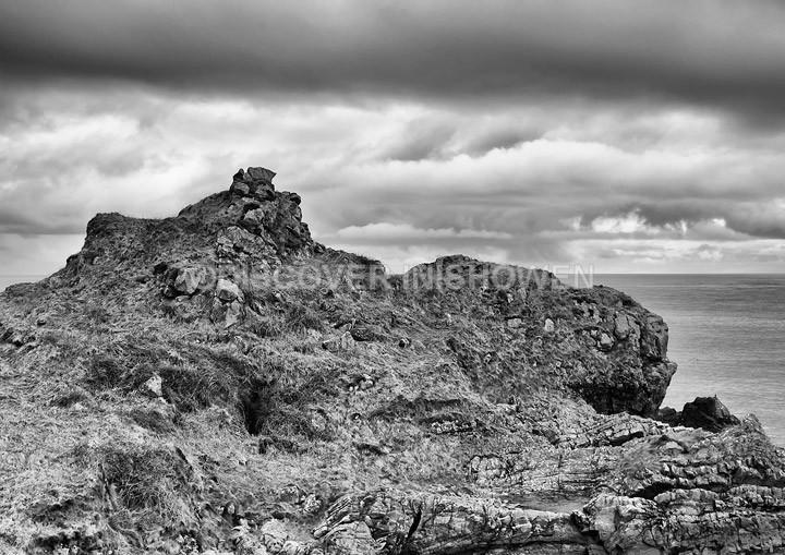 Promontory fort, Dunroos - Inishowen peninsula- B&W